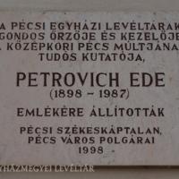 Petrovich Ede emléktáblája a székesegyházi plébánia nyugati falán.