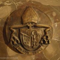 A síremléken található püspöki címer.