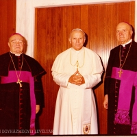 Cserháti József pécsi megyéspüspök (bal), II. János Pál pápa (közép) és Belon Gellért pécsi segédpüspök (jobb). (Róma, é. n.)