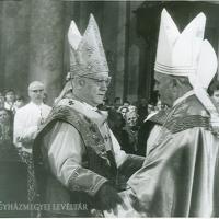 Lékai László bíboros, prímás, esztergomi érsek (bal) és Belon Gellért püspök (jobb).